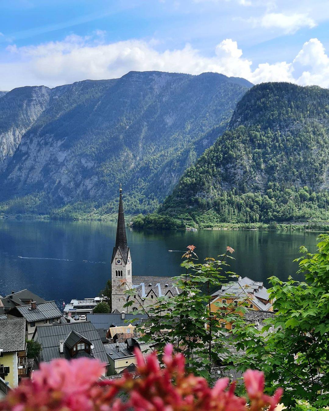 Wonderful view of the Hallstatt lake