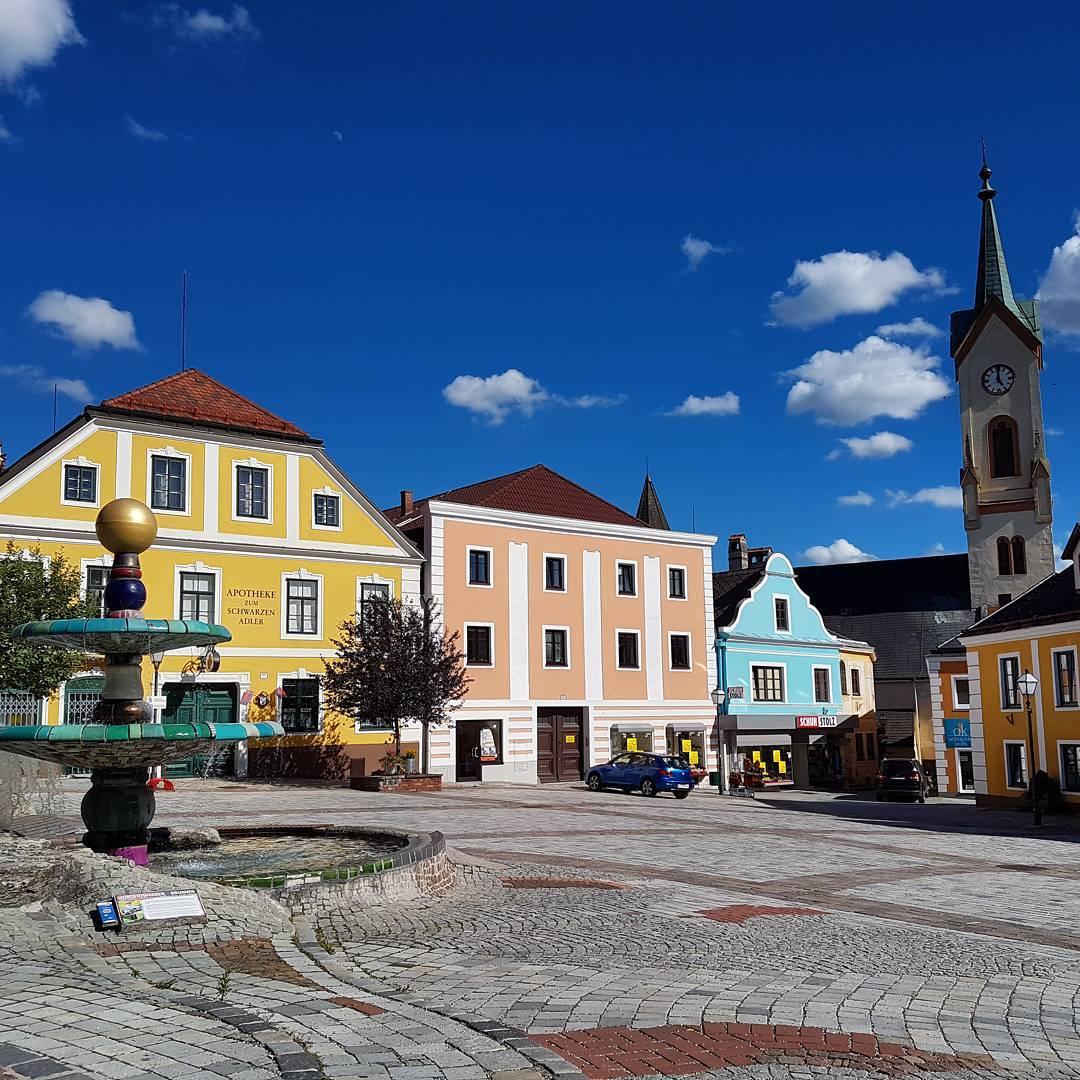 Главная площадь и фонтан Хундертвассера в Цветтле