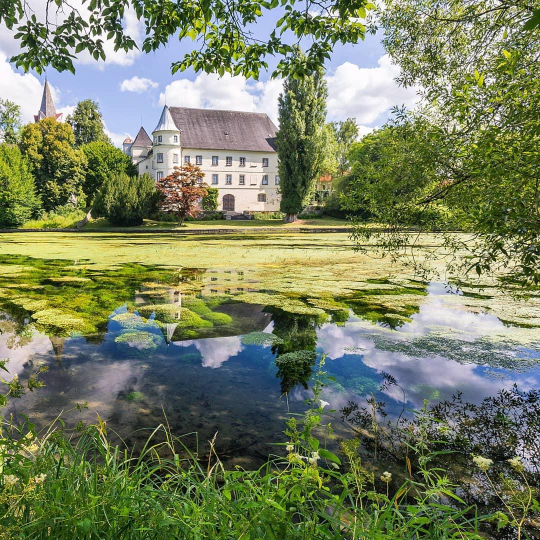 Schloss Hagenau im Sommer