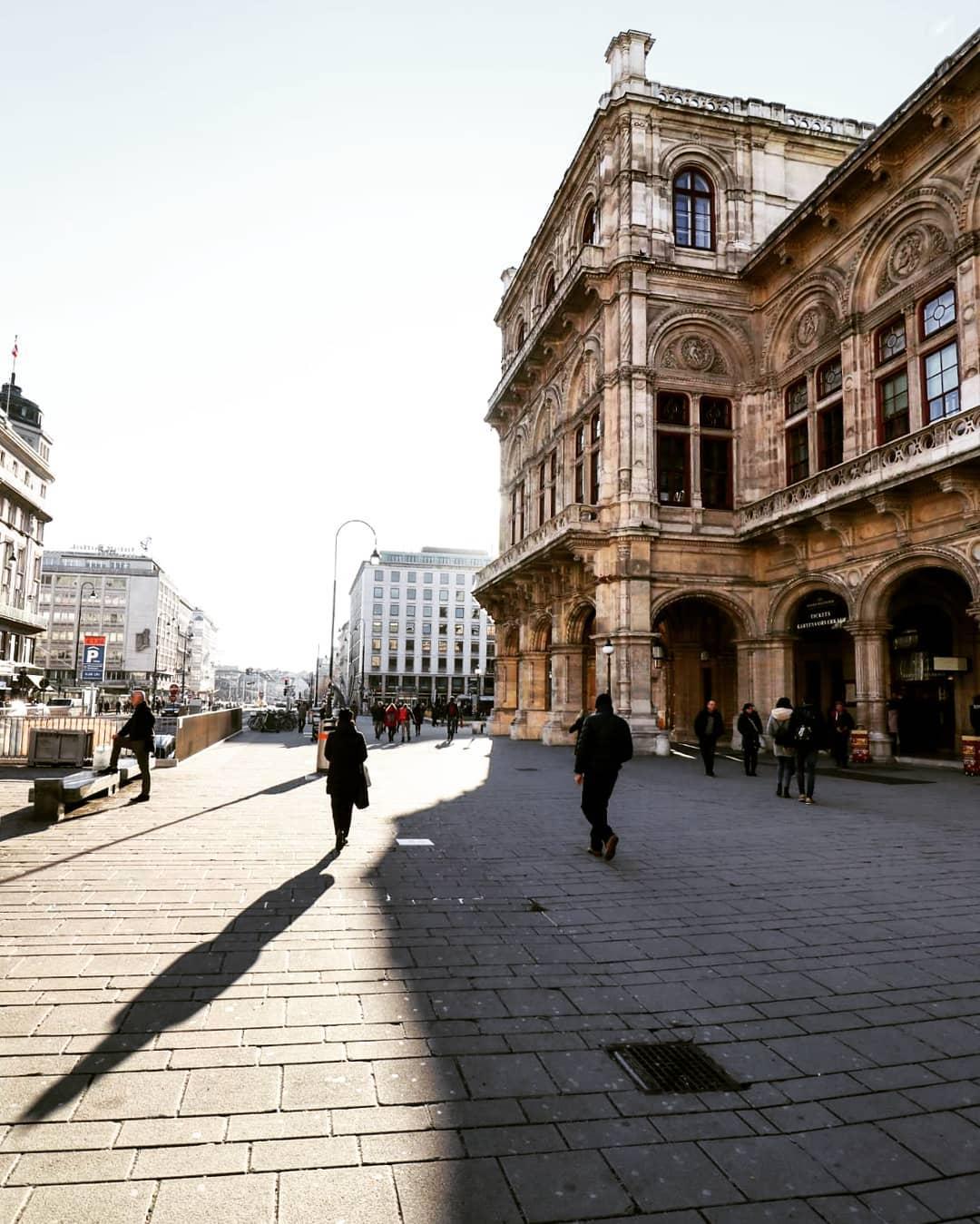 Lichtspiel rund um die Wiener Staatsoper