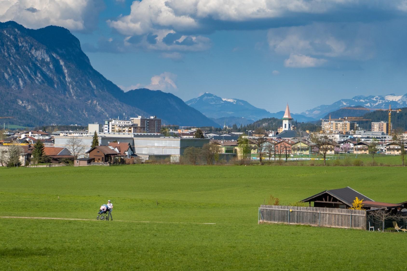 Sonnige Landschaft an der Stadtgrenze von Wörgl