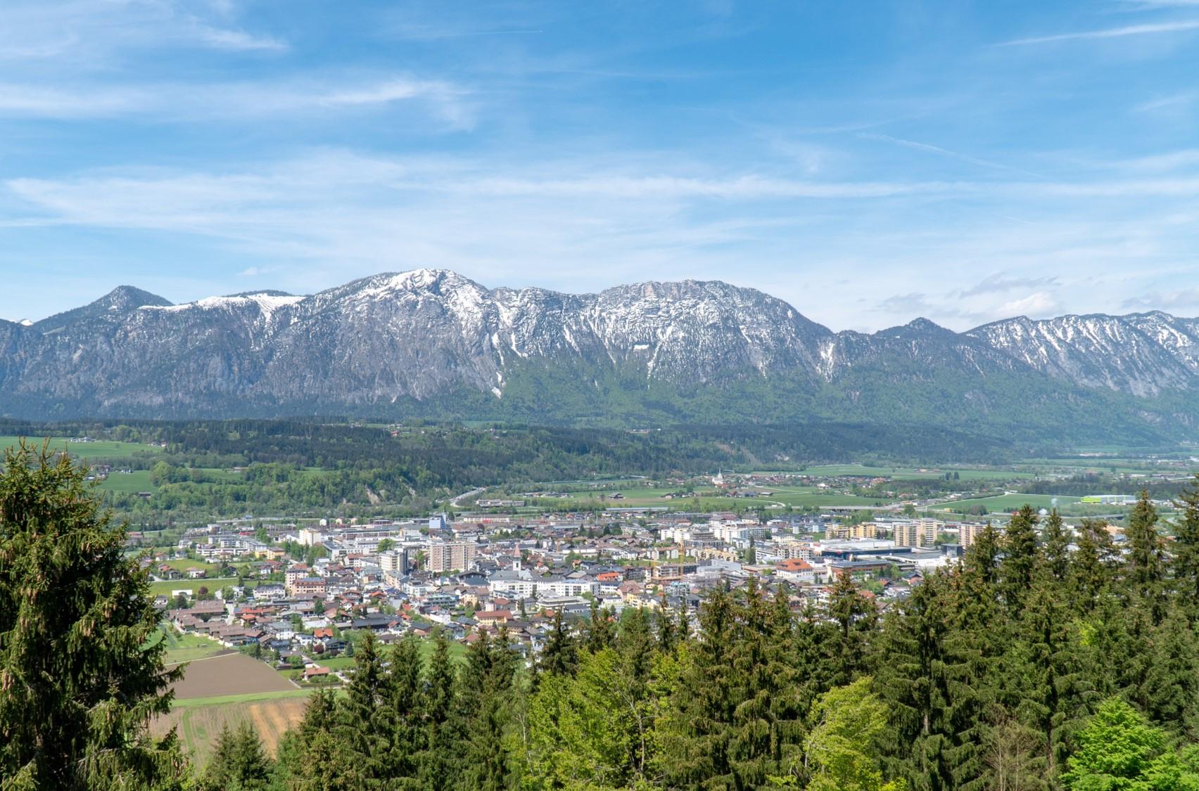 Ausblick auf Wörgl mit Berglandschaft im Hintergrund