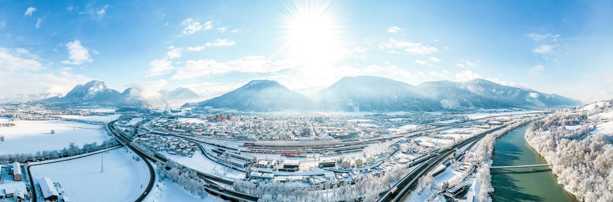 Strahlendes Panorama von Wörgl im Winter