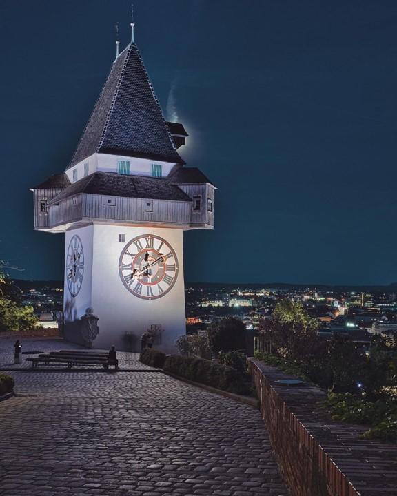 Uhrenturm am Schlossberg bei Nacht