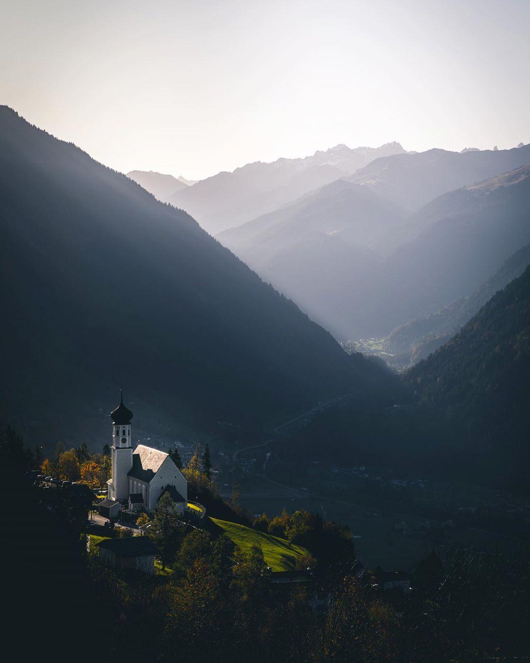 Bartholomäberg, Kirche im Bergpanorama