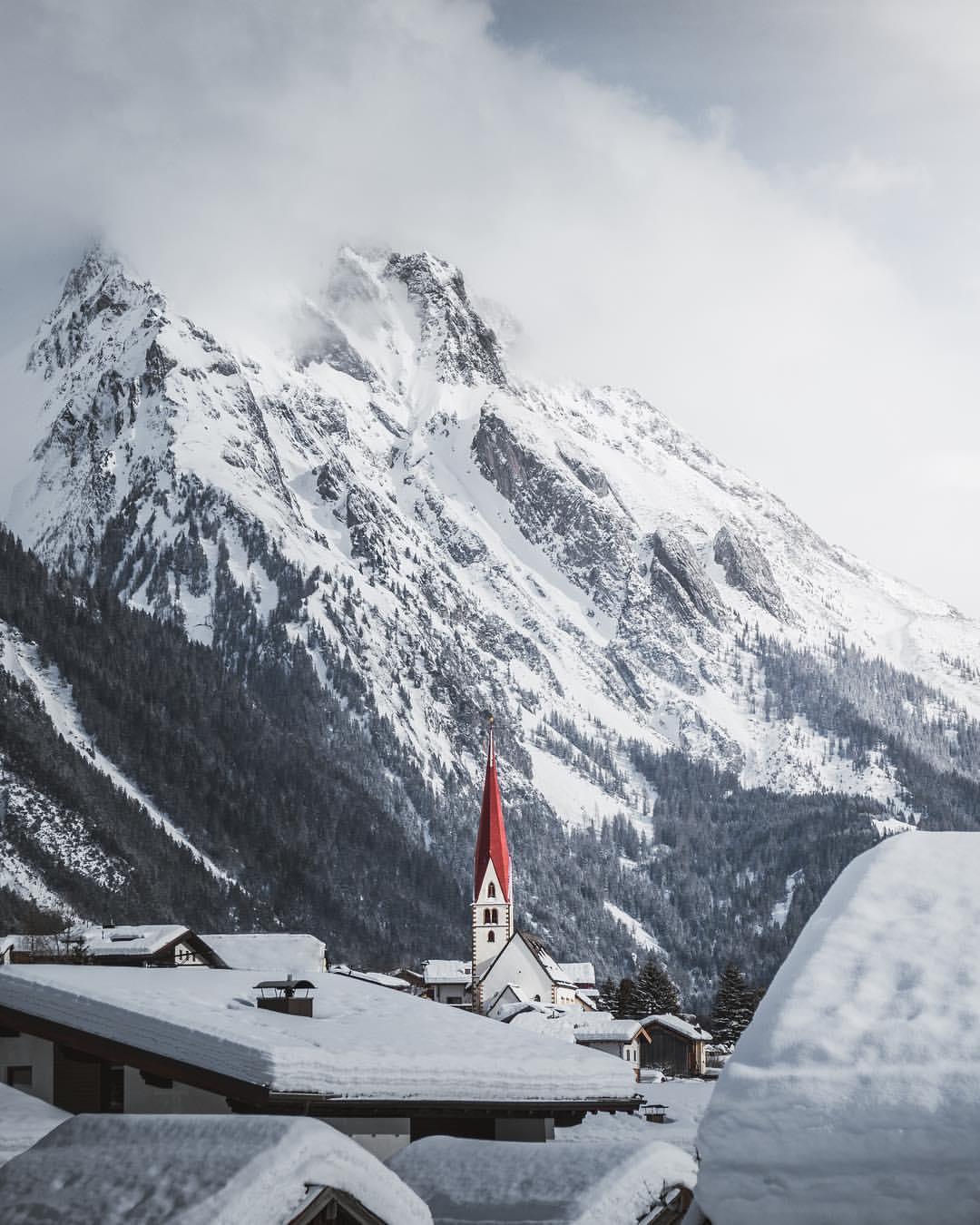 Kirche in einer alpinen Winterlandschaft