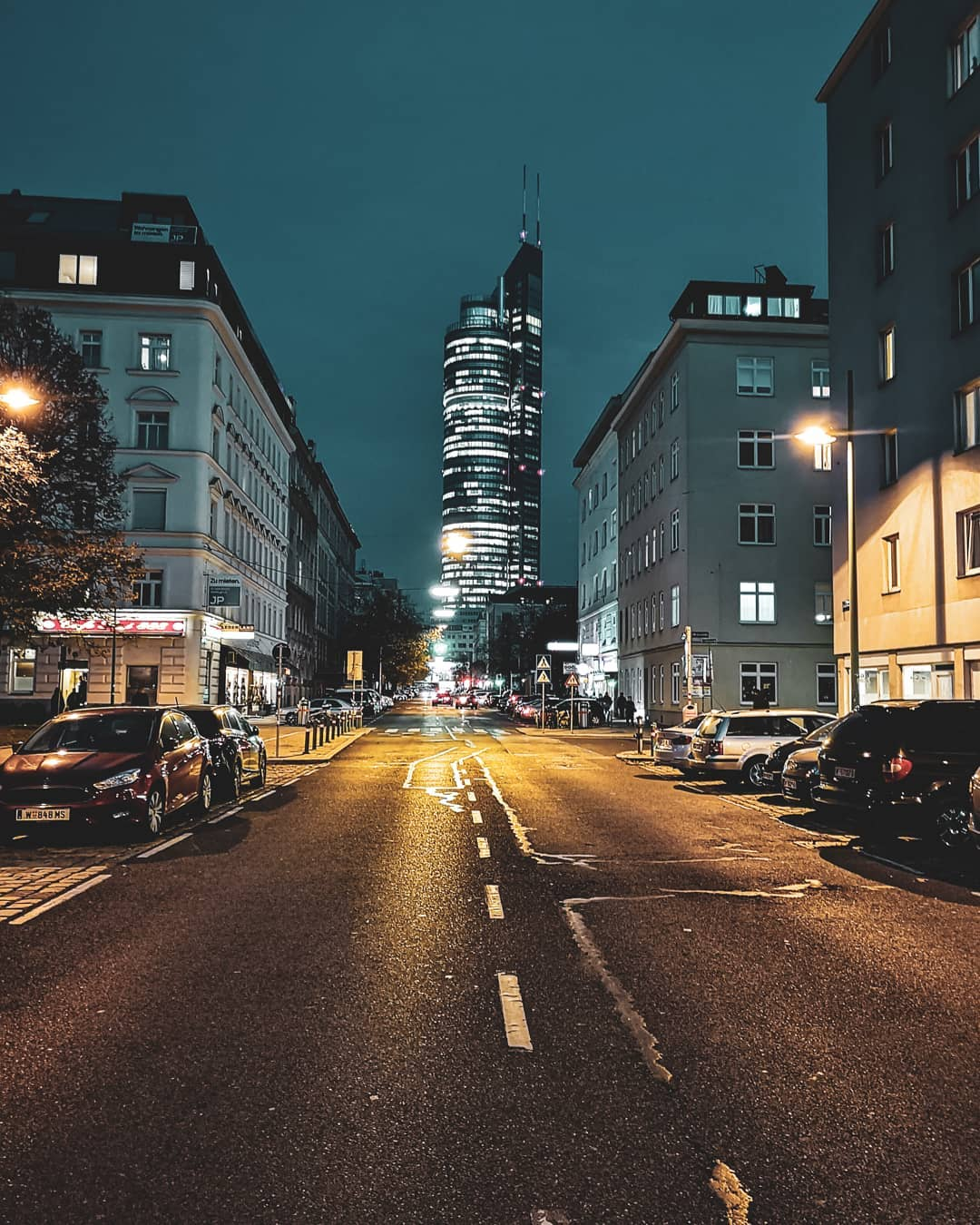 Blick auf den Millennium Tower bei Nacht