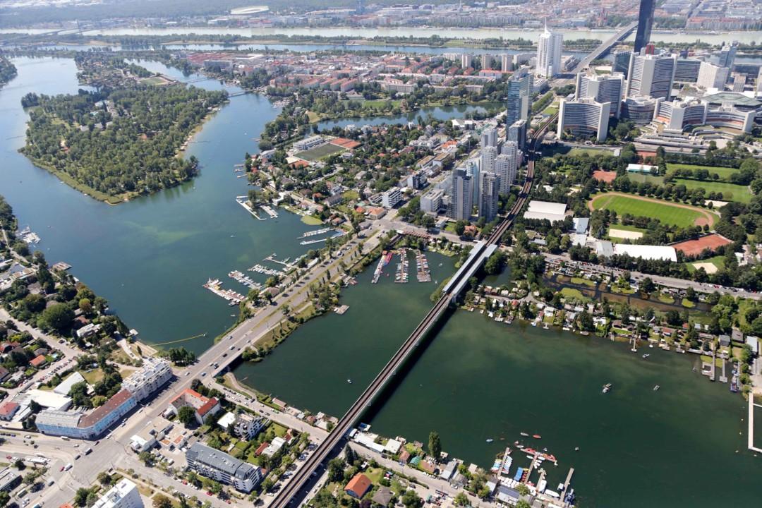 Luftbildaufnahme der Alten Donau in der Donaustadt