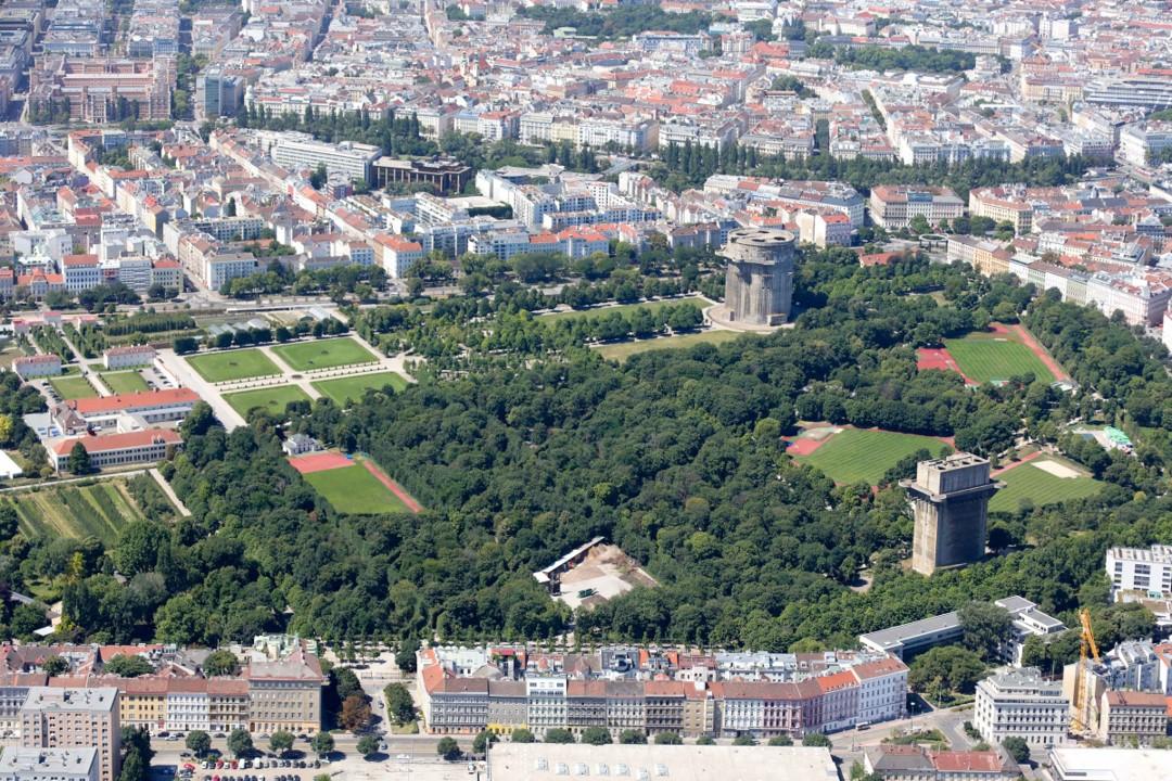 Вид с высоты птичьего полета на Венский Аугартен с его двумя зенитными башнями