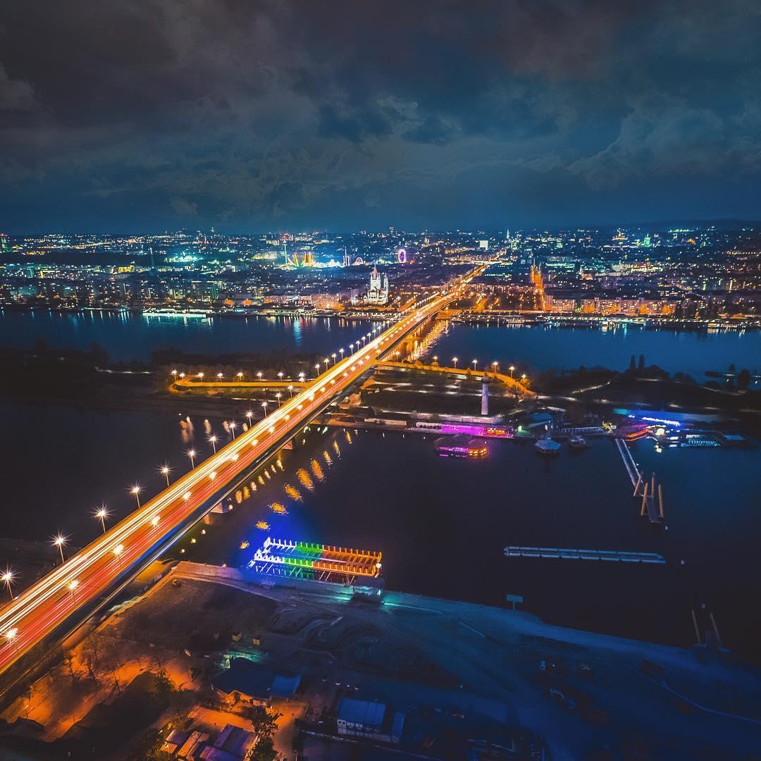 Reichsbrücke bei Nacht